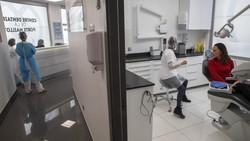 Prancis telah melonggarkan lockdown Corona (COVID-19). Kini para dokter gigi mulai membuka praktik lagi .
