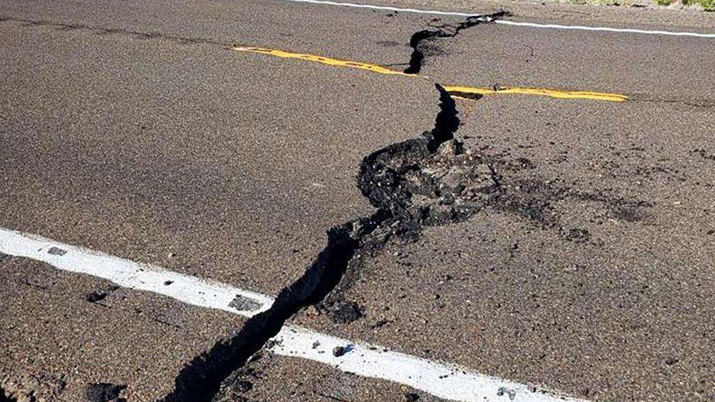 Jalan Retak Akibat Gempa M 6,5 di Nevada