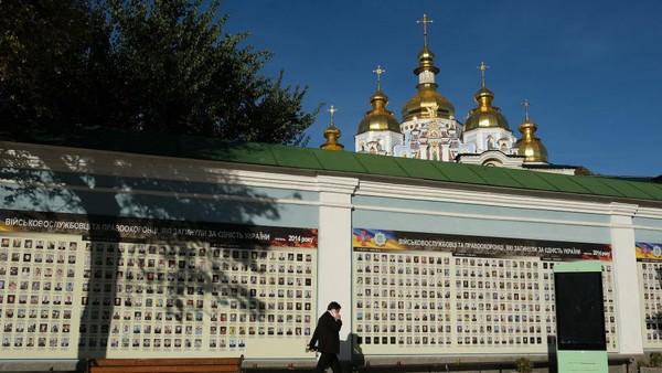 Pada awal pembangunan, kompleks gereja dilengkapi bangunan bawah tanah dan gua labirin serta bangunan tambahan untuk urusan rumah tangga. Pada abad ke-17 hingga ke-19, pihak gereja merenovasi gereja dengan tambahan arsitektur bergaya barok Ukraina. Bangunan barok tersebut yang dipertahankan hingga saat ini.
