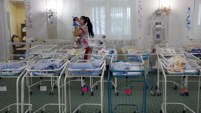 Puluhan bayi mendapat perawatan oleh klinik Biotexcom di sebuah hotel di Kiev Ukraina, (14/5/2020).