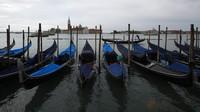 Jajaran perahu gondola terparkir di Venesia. Restoran, bar, dan penata rambut Italia diizinkan untuk dibuka kembali pada hari Senin awal Juni. Toko-toko juga akan dibuka kembali dan orang-orang Italia akhirnya dapat menemui kembali teman-teman mereka, asalkan mereka tinggal di wilayah yang sama.