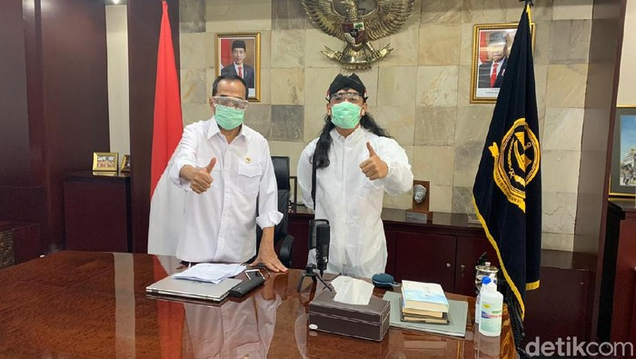 Menhub Budi Karya dan Gus Miftah di ruang kerja Menteri Perhubungan, 5 Mei 2020