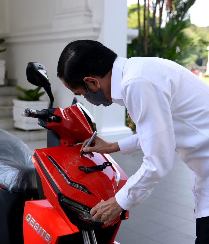 Motor listrik milik Presiden Jokowi dilelang di konser Berbagi Kasih Bersama BIMBO. Hasil lelang didonasikan untuk pekerja seni yang terdampak COVID-19.