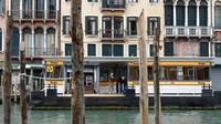 Kapal feri melintas di kanal kota Venesia, Italia (13/5/2020). Pemerintah Italia akan membuka kembali pariwisata mulai awal Juni dan mencabut aturan karantina wajib selama 14 hari.