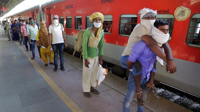 Pekerja migran memutuskan untuk pulang kampung saat pemerintah India menerapkan lockdown. Beragam cara mereka tempuh demi pulang kampung.