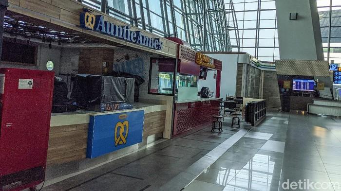 Kedai kopi, tempat makan, franchise kudapan hingga minimarket di Bandara Soekarno-Hatta tutup total sebagai antisipasi penyebaran COVID-19.
