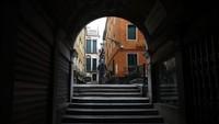 Urat nadi kota Venesia yang menggantungkan pada industri wisata dan duit turis berharap kondisi kembali normal setelah pembukaan kota awal Juni.