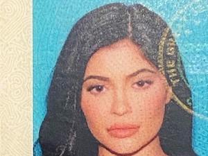 Foto SIM Kylie Jenner Dipuji Cantik, Fans Temukan Bukti Fotonya Diedit