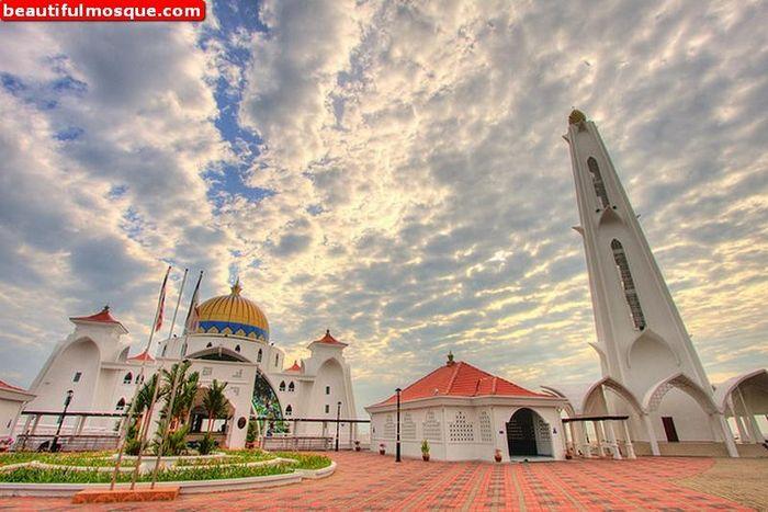 Masjid Selatan Malaka jadi salah satu bangunan ikonik di Negeri Jiran Malaysia. Masjid ini disebut masjid terapung karena posisinya yang menjuru ke Selat Malaka