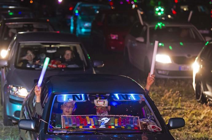 Karena pandemi virus Corona, tempat hiburan dan peristiwa besar di Jerman dibatasi. Disko mobil adalah alternatif yang dinikmati orang. Yuk lihat.