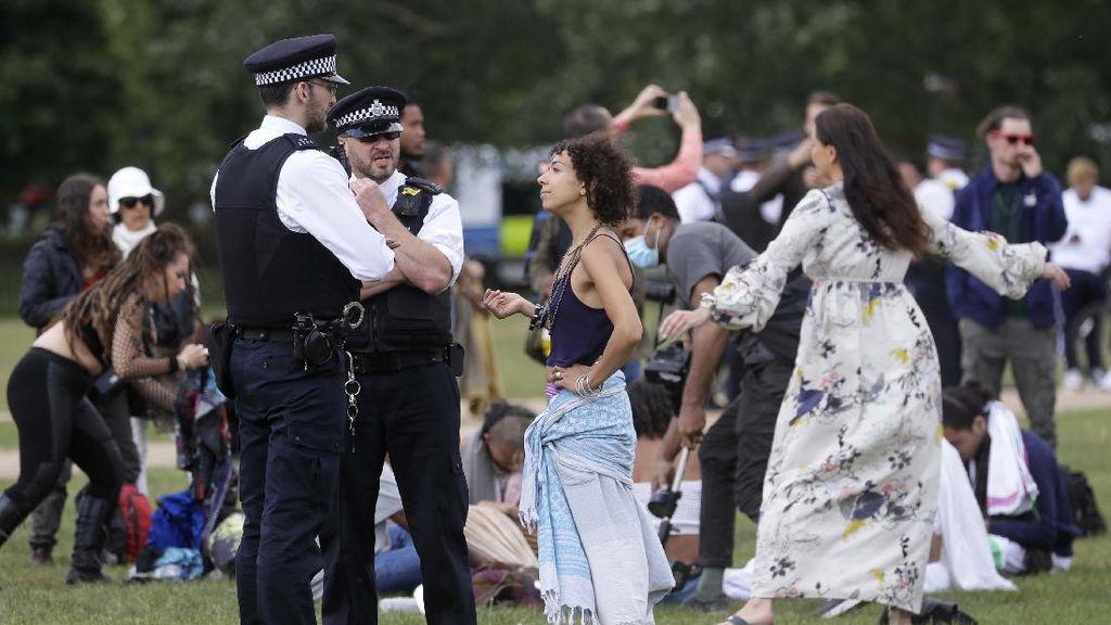 Upaya Polisi Inggris Bubarkan Keramaian Dapat Perlawanan