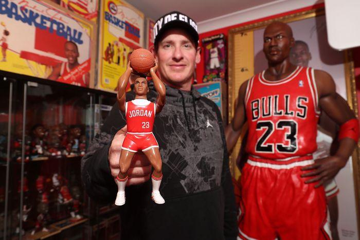 Terinspirasi dengan Michael Jordan, seorang warga Australia mengoleksi mainan hingga lebih dari ratusan jenis pebasket top NBA ini. Seperti apa? intip yuk koleksinya.  Paul Kane/Getty Images