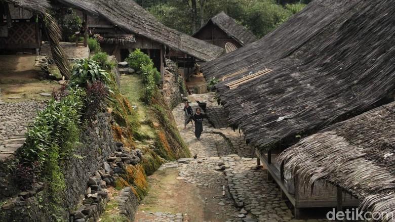 Suku Baduy terkenal dengan adatnya yang masih sangat kental. Tinggal di tengah gunung, mereka menjalankan aktifitasnya dengan cara yang sangat tradisional.