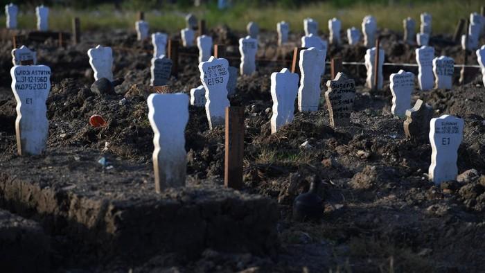 Peziarah berdoa di pemakaman khusus kasus COVID-19 di Tempat Pemakaman Umum (TPU) Keputih, Surabaya, Jawa Timur, Sabtu (16/5/2020). Pemkot Surabaya menyediakan lahan khusus di TPU Keputih untuk pasien yang meninggal dunia dan dimakamkan dengan protokol kesehatan COVID-19. ANTARA FOTO/Zabur Karuru/wsj.
