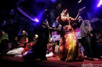 Jika benar roh Dewi Lanjar yang masuk, penari akan terlihat lebih cantik dan membawakan tarian dengan memesona.