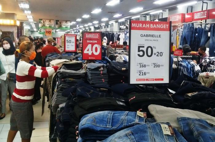 Sejumlah pengunjung memilih pakaian yang dijual di Mal Ramayana, Kudus, Jawa Tengah, Sabtu (16/5/2020). Sepekan menjelang Idul Fitri, sejumlah pusat perbelanjaan mulai menawarkan berbagai potongan harga guna menarik minat pembeli. ANTARA FOTO/Yusuf Nugroho/wsj.