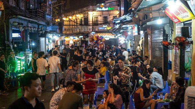 Asyiknya Warga Vietnam Bisa Nongkrong Lagi Usai CoronaBerbatasan dengan China, Vietnam mampu menekan angka kematian dari virus Corona hingga 0 korban jiwa. Kini warganya pun sudah bisa nongkrong lagi lho. Asyiknya.