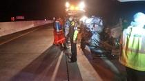 Mobil Rombongan Siswa SMK Tabrak Truk di Tol Pandaan-Malang. 4 Orang Tewas