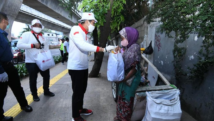 Relawan Indonesia Bersatu Lawan COVID-19 terus bergerak membantu pemerintah ringankan beban masyarakat terdampak COVID-19. Salah satunya bagikan sembako.