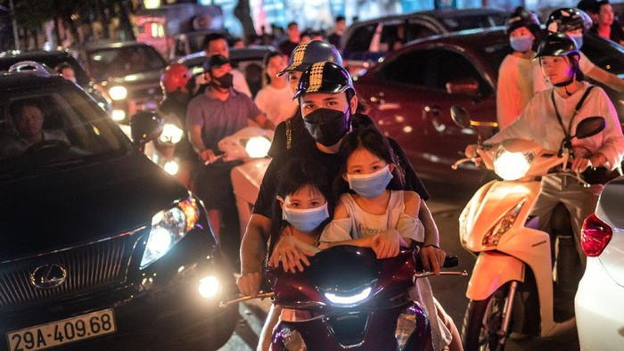 Asyiknya Warga Vietnam Bisa Nongkrong Lagi Usai Corona  Berbatasan dengan China, Vietnam mampu menekan angka kematian dari virus Corona hingga 0 korban jiwa. Kini warganya pun sudah bisa nongkrong lagi lho. Asyiknya.