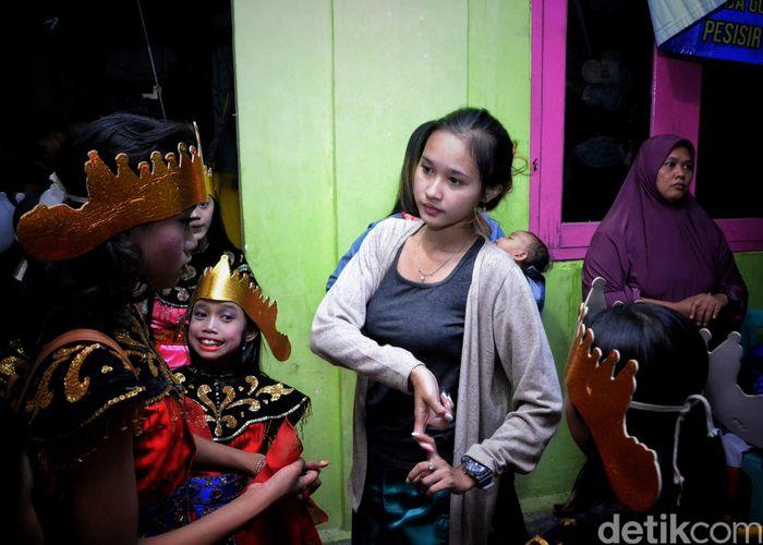 Sintren merupakan kesenian tari tradisional pesisir Jawa, khususnya Cirebon. Sintren ini juga sangat identik dengan mistis karena melibatkan roh halus dalam setiap tariannya. Seperti apa?