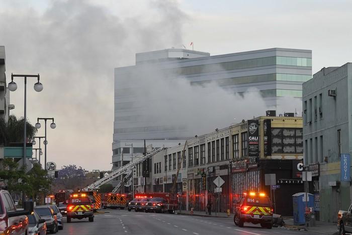 Sebuah ledakan terjadi di pusat kota Los Angeles, AS. Ledakan ini menyebabkan kebakaran yang menyebar ke beberapa bangunan.