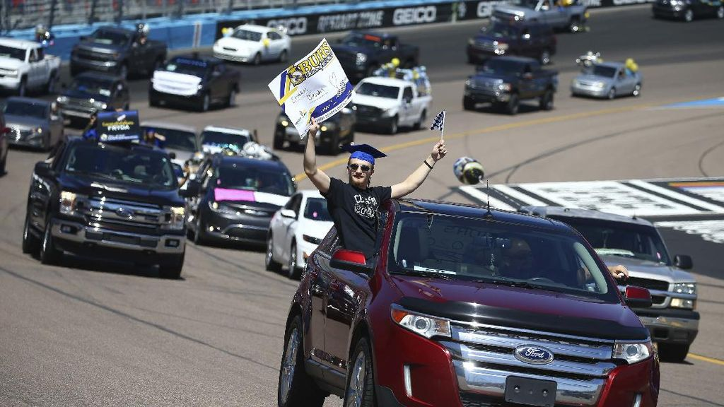 Gokil! Para Siswa Ini Rayakan Kelulusan di Lintasan Balap