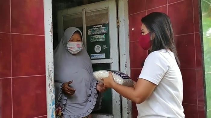 Heboh Donasi Nasi Bungkus Isi Uang Rp 1 Juta, Wanita Ini Juga Bagikan Beras Bahagia