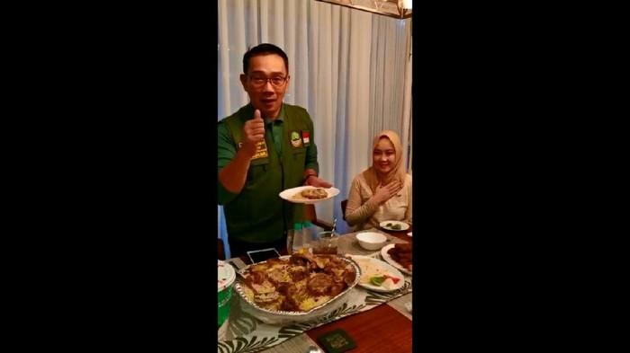 Momen Ridwan Kamil dan istri santap nasi kebuli kirim Gubernur Jatim Khofifah