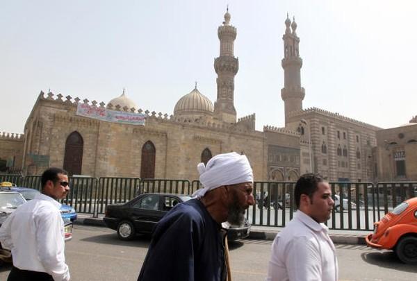 Jami' al-Qahira mempunyai satu menara dan luasnya mencapai setengah Masjid Al-Azhar pada masa sekarang. Seiring berjalannya waktu kompleks masjid itu berganti nama menjadi Al-Azhar, berasal dari julukan Fatimah al-Zahra, putri nabi dan istri Ali ibn Abu thalib. Sejak saat itu, Jami' al-Qahira lebih dikenal dengan nama Al-Azhar dan menjadi salah satu dari masjid-masjid paling dikenal di dunia. Victoria Hazou/AFP via Getty Images..