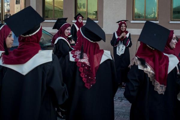 Sejarah pendirian Universitas Al-Azhar dimulai ketika al-Qahira (Kairo) ditaklukkan oleh pasukan Fatimiyah pada 969 M. Setelah penaklukkan, Jenderal Fatimiyah, Jauhari al-Siqilli kemudian membangun sebuah masjid yang dikenal dengan nama awal Jami' al-Qahira (Masjid Kairo). Chris McGrath/Getty Images.