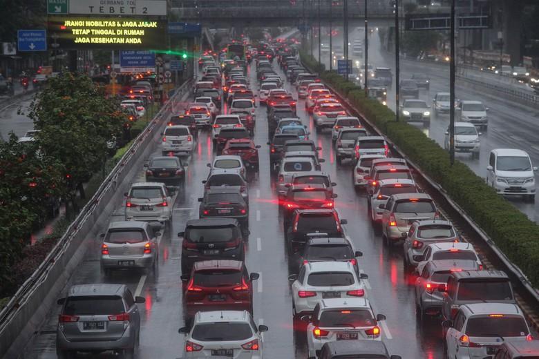 Setelah pagi tadi kemacetan terjadi di Tol Halim yang mengarah ke Tol Dalam Kota, Cawang, Jakarta Timur, Sore ini Kemacetan kembali terjadi di Tol Dalam Kota dan Jalan Gatot Subroto. Ini potretnya.