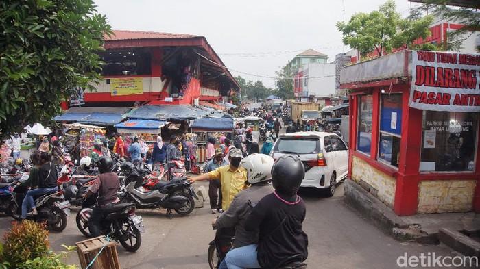 Warga Cimahi Sesaki Pasar Saat Pandemi