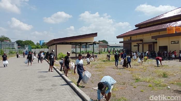 Sebanyak 123 orang diminta menyanyikan lagu Bagimu Negeri dan membersihkan area dapur umum di Mapolresta Sidoarjo. Mereka merupakan pelanggar PSBB Sidoarjo jilid 2.