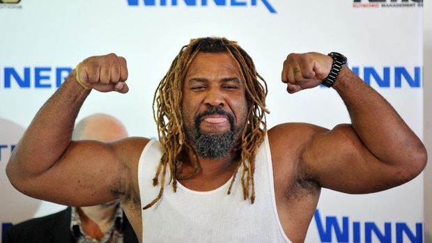 Shannon Briggs of USA poses for a photo during their press conference with Vitali Klitschko of Ukraine in Kiev on August 30, 2010. WBC Heavyweight Champion Vitali Klitschko will defend his title against Shannon Briggs in Hamburg, Germany, on October 16, 2010. AFP PHOTO/GENYA SAVILOV (Photo by GENYA SAVILOV / AFP)