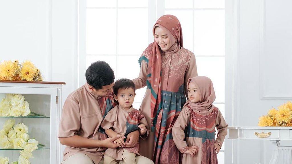 10 Ide Baju Sarimbit Kompakan dengan Keluarga Saat Lebaran