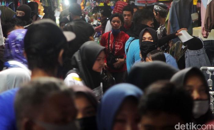 Di tengah penerapan PSBB, Pasar Tanjungsari di Kabupaten Sumedang tetap ramai diserbu warga. Mereka berbelanja kebutuhan jelang hari raya Idul Fitri.