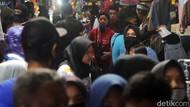 Meski PSBB, Pasar Tanjungsari Sumedang juga Diserbu Warga