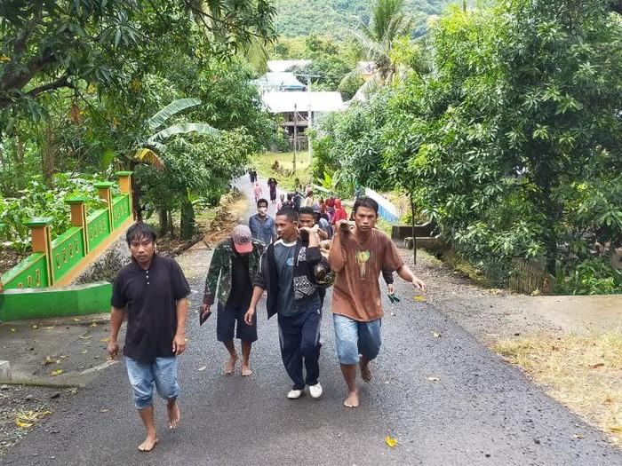 Evakuasi jasad pria diduga korban pembunuhan yang ditemukan di kebun kacang di Barru, Sulsel (dok. Istimewa)