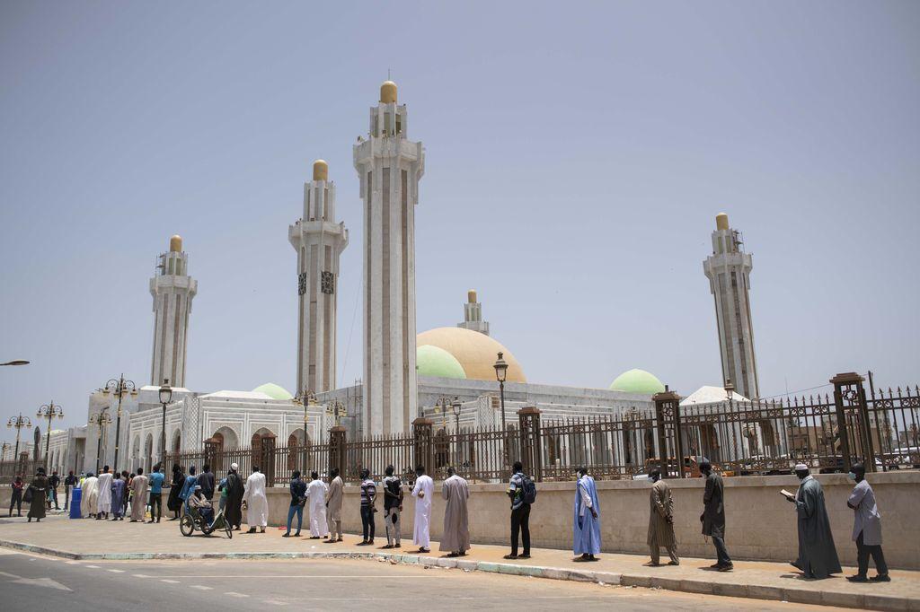 Meski kasus Corona masih tinggi, sejumlah masjid di Senegal kembali dibuka. Hal ini karena pemerintah kesulitan menutup masjid selama Ramadhan. Masjid Massalikul Jinaan salah satunya.