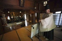 Saat menyaksikan ritual penyucian, para netizen dibuat seolah-olah berada di dalam kuil. (AP)