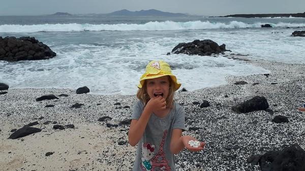 Hanya saja, popularitas pantai popcorn itu juga mengundang masalah. Tak sedikit turis yang ketahuan membawa pulang batu fosil unik unik berbentuk popcorn itu untuk hiasan rumah (Facebook)