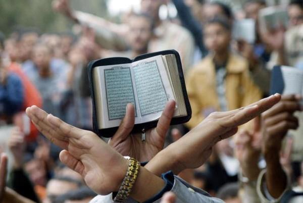 Ketika sedang membaca kitab itu, terbersit sebuah gagasan untuk menjadikan Al-Azhar pusat studi. Kemudian atas restu khalifah, keluar al-Numab membentuk elit intelektual Fatimiyahh dan menjadi guru pertama di Al-Azhar. Ahmad Samir/AFP via Getty Images.