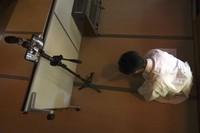 Ada layar kayu virtual yang dipasang untuk doa-doa dari netizen. (AP)