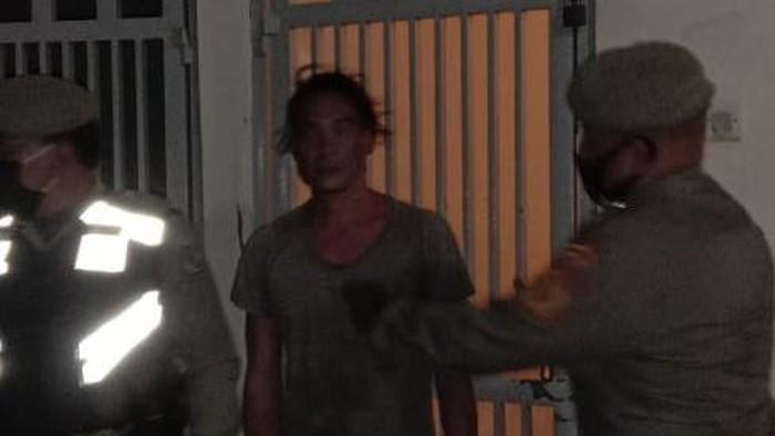 Petugas amankan pria mabuk di pos pantau 3 PKM Denpasar (dok. Istimewa)