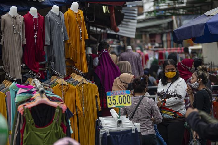 Warga berbelanja pakaian yang dijual pedagang kaki lima di atas trotoar Jalan Jati Baru Raya, Tanah Abang, Jakarta, Senin (18/5/2020). Meski kawasan niaga Pasar Tanah Abang telah tutup selama masa Pembatasan Sosial Berskala Besar (PSBB), namun sebagian oknum pedagang tetap menggelar lapaknya di sejumlah titik seperti di atas trotoar dan di gang perkampungan setempat. ANTARA FOTO/Aditya Pradana Putra/wsj.