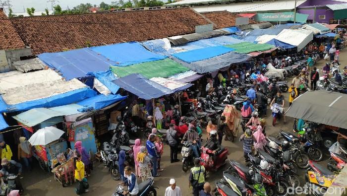Warga banjiri pasar manis Ciamis belanja kebutuhan lebaran di tengah PSBB