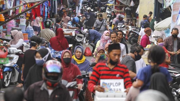 Pasar Anyar, Kota Bogor, sempat viral karena lautan manusia yang belanja baju Lebaran meski tengah diberlakukan PSBB. Hari ini kondisi di Pasar Anyar masih padat.