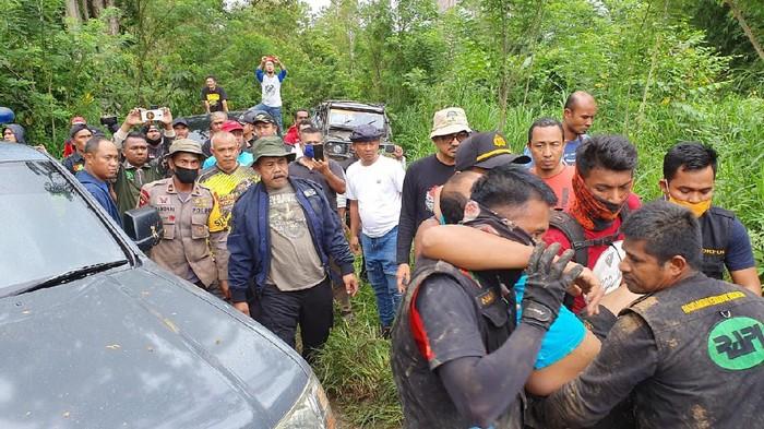 Petugas mengevakuasi personel Polda Aceh yang tersesat di hutan usai pengungkapan kasus illegal logging (dok. Istimewa)