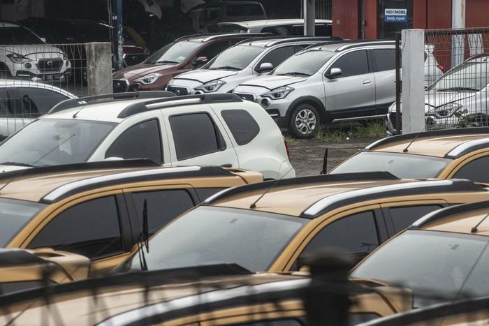 mobil berderet terparkir di salah satu gerai rental mobil di Jakarta, Senin (18/5/2020). Sejumlah pemilik bisnis penyewaan mobil mengaku mengalami penurunan omzet yang signifikan dibanding bulan Ramadhan tahun lalu, akibat adanya kebijakan dilarang mudik yang dikeluarkan pemerintah untuk membatasi penyebaran COVID-19. ANTARA FOTO/Aprillio Akbar/wsj.